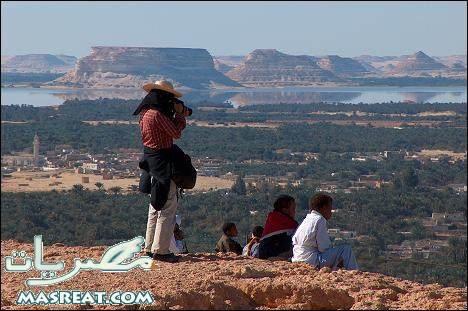 احد السياح مع بعض الاطفال سيوة من واحة